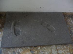 """Odtlačky nôh Gavrila Principa, ktoré až do vojny v Juhoslávii """"zdobili"""" miesto, odkiaľ strieľal"""