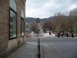 Latinský most - Vľavo je miesto atentátu priamo pred oknami