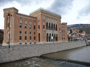 Mestská knižnica, v dobe atentátu radnica, odkiaľ šiel arcivojvoda tesne pred atentátom