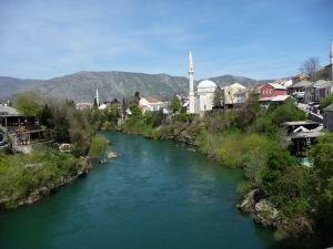 Pohľad zo Starého mosta na pod ním pretekajúcu rieku Neretva