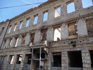 Niektoré budovy sú stále v trochu chatrnom stave