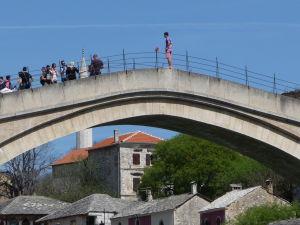 Skokan žobrajúci peniaze na Starom moste