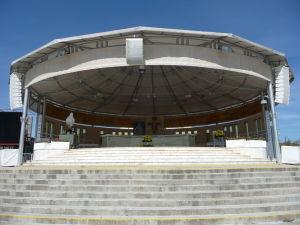 Pódium pred veľkou posluchárňou, kde sa dajú sláviť veľké omše pod šírym nebom