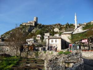 Pohľad na pevnosť týčiacu sa nad mestom Počitelj