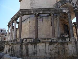 Peristyl (stĺporadie) paláca z egyptskej žuly