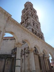 Peristyl a veža katedrály