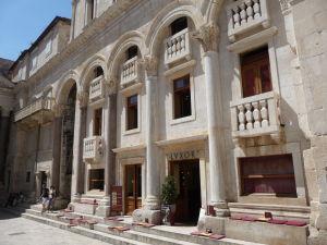 Peristyl zabudovaný do neskoršej budovy