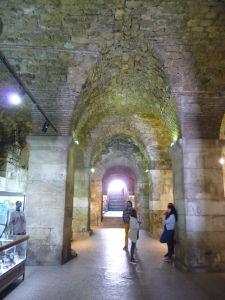 Podzemné priestory pod palácom ohromujú svojou architektonickou precíznosťou