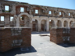 Jedna zo stien paláca z jeho vnútra - tu kedysi bola cisárova jedáleň (triclinium)