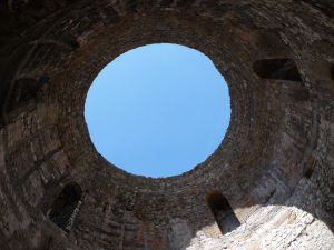 Oculus v kupole budovy na centrálnom námestí paláca