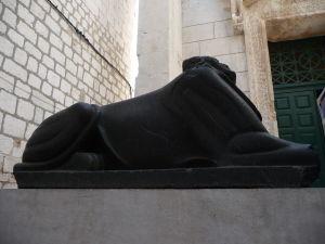 3500-ročná egyptská sfinga pred chrámom