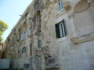 Kedysi stena Diokleciánovho paláca, posilnená za čias Rakúsko-Uhorska (všimnite si napr. zmenšené okná)
