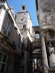 Veža s typicky benátskymi hodinami na námesti Narodni Trg