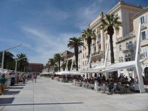 Prímorská promenáda v Splite - umelo vytvorená, kedysi tu všade bolo more