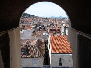 Otvory veže umožňujú si užiť výhľad už počas výstupu