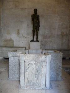 Krstiteľnica a socha Jána Krstiteľa