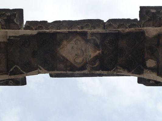 Reliéf hada a orla (zlo proti dobru v rímskom symbolizme) na Oblúku Sergiovcov v Pule