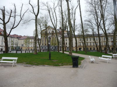 Park na námestí Kongresni trg a Chrám sv. Trojice