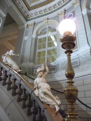 Národné múzeum a múzy spúštajúce sa po zábradlí