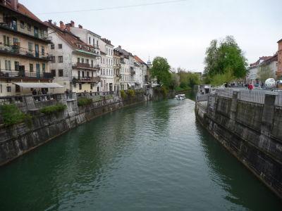 Centrum mesta sa rozprestiera v okolí riečky Ľubľanica