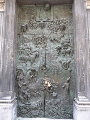 Reliéf na dverách katedrály - zrejme Ján Pavol II.