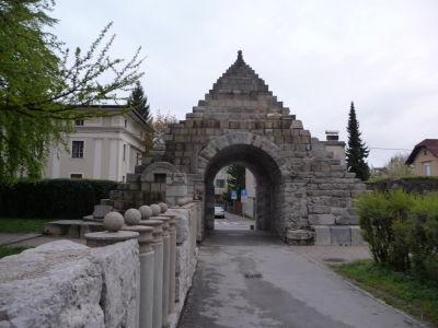 Pozostatky rímskeho opevnenia v meste, pyramída zrejme slúžila ako hrobka a neskôr ako brána