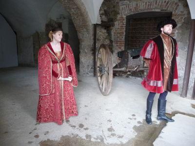 Herci oboznamujúci návštevníkov hradu s jeho históriou a životom na ňom