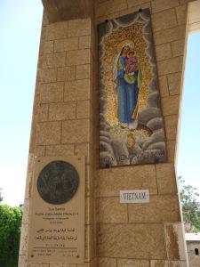 Madona z Vietnamu a plaketa pripomínajúca púť Jána Pavla II. do Nazareta