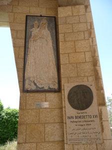 Madona zo Srí Lanky a plaketa pripomínajúca púť pápeža Benedikta XVI. do Nazareta