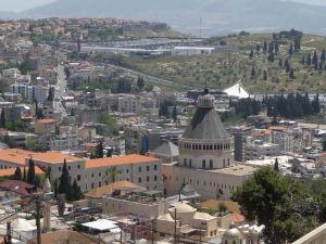 Výhľad od Baziliky dospievajúceho Ježiša na Nazaret a Baziliku zvestovania