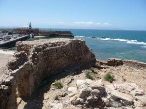 Pobrežie mesta Akko so zvyškami opevnenia a majákom