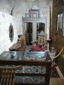 Etnografické múzeum v hradbách mesta - Obsahuje rôzne výrobky kultúr, ktoré tu žili a žijú