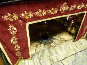 Podzemné grotto v Chráme Narodenia - Strieborná 14-cípa hviezda označuje miesto narodenia Ježiša