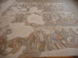 Dom Aiona - moazaika vyobrazujúca celý panteón gréckych bohov, vrátane Dionýza a Aiona, podľa ktorého je dom pomenovaný