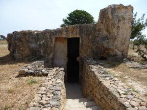 Jedna z prvých hrobiek za vstupom