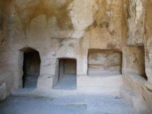 Výklenky v stene slúžili na uloženie tiel
