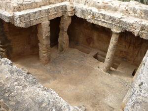Jedna z hrobiek disponujúca i átriom a stĺporadím (peristylom)
