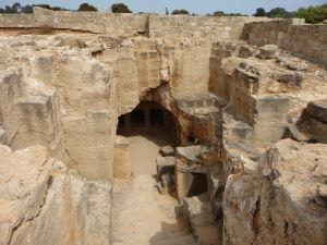 Ruiny jednej z masívnych hrobiek