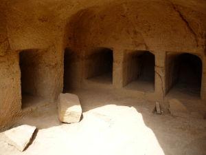 Výklenky pre uloženie tiel v jednej z hrobiek