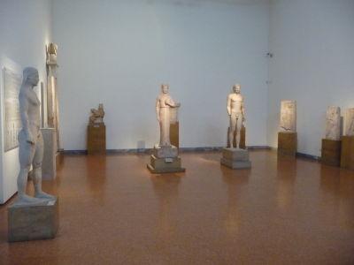 Typické grécke sochy mladých chlapcov - Kouros - používané aj ako náhrobky