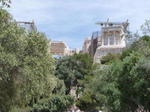 Propyleje, vpravo Chrám Atény Niké
