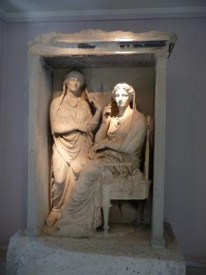 Pohrebná stela - Zosnulá osoba je väčšinou zobrazená ako sediaca