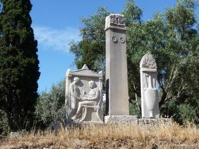 Typický antický náhrobný kameň