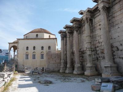 Vľavo mešita Fethiye , vpravo Hadriánova knižnica