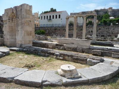 Antické stĺpy pri Hadriánovej knižnici