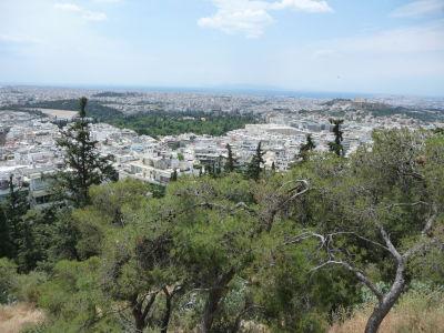 Výhľad z polcesty na vrch Lycabetus - Vpravo Akropolis, v strede Olympieion, vľavo štadión Panathinaikó, v pozadí more