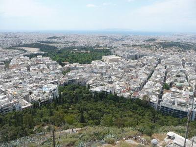 Výhľad z vrchu Lycabetus na Atény - Zľava Panathinaikó, Olympieion a Akropolis