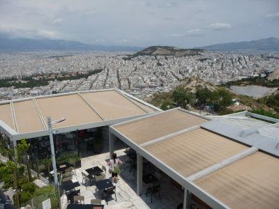 Reštaurácia na vrchu Lycabetus, v pozadí ďalší aténsky vrch Attiko Alsos