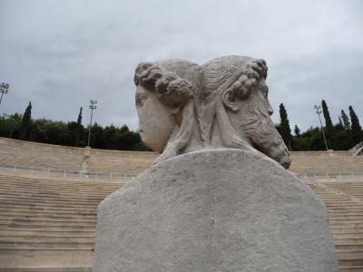 Mramorový štadión Panathinaikó - Symbolická socha znázorňujúca mladosť a starobu