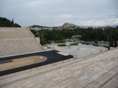 Mramorový štadión Panathinaikó a v pozadí Akropolis